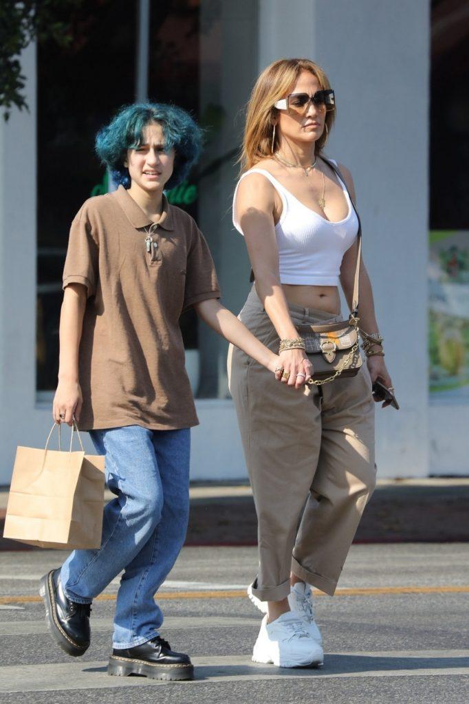 Jennifer Lopez a ieșit în oraș într-o ținută lejeră cu fiica sa, Emme și s-au ținut de mână pe stradă