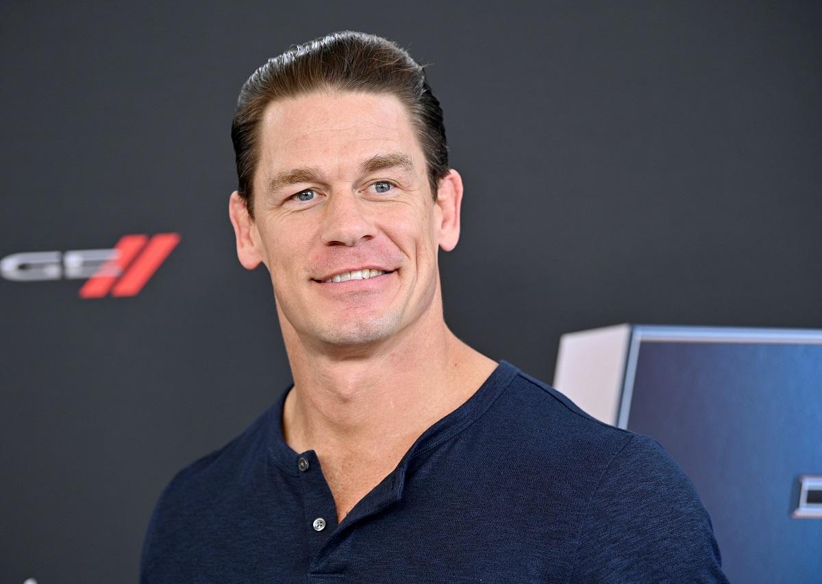 John Cena îmbrăcat într-un tricou albastru în timp ce zâmbește la cameră și își amintește că a dormit într-o mașină înainte să fie faimos