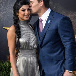 Shay Shariatzadeh alături de soțul său John Cena în timp ce o ține după talie și o sărută pe obraz la premiera peliculei Dolittle din 2020