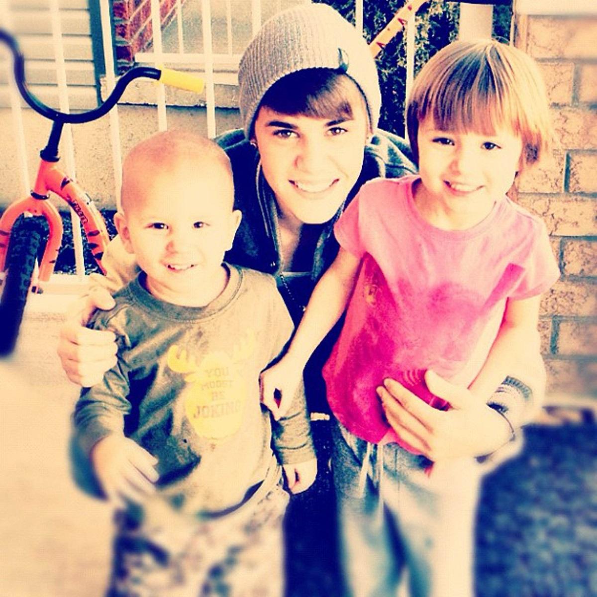 Justin Bieber a postat o fotografie cu sora sa mai mică, în timp ce își ține în brațe frații mai mici, pe Jaxon și Jazmyn la o vizită de Crăciun la familia sa în Canada