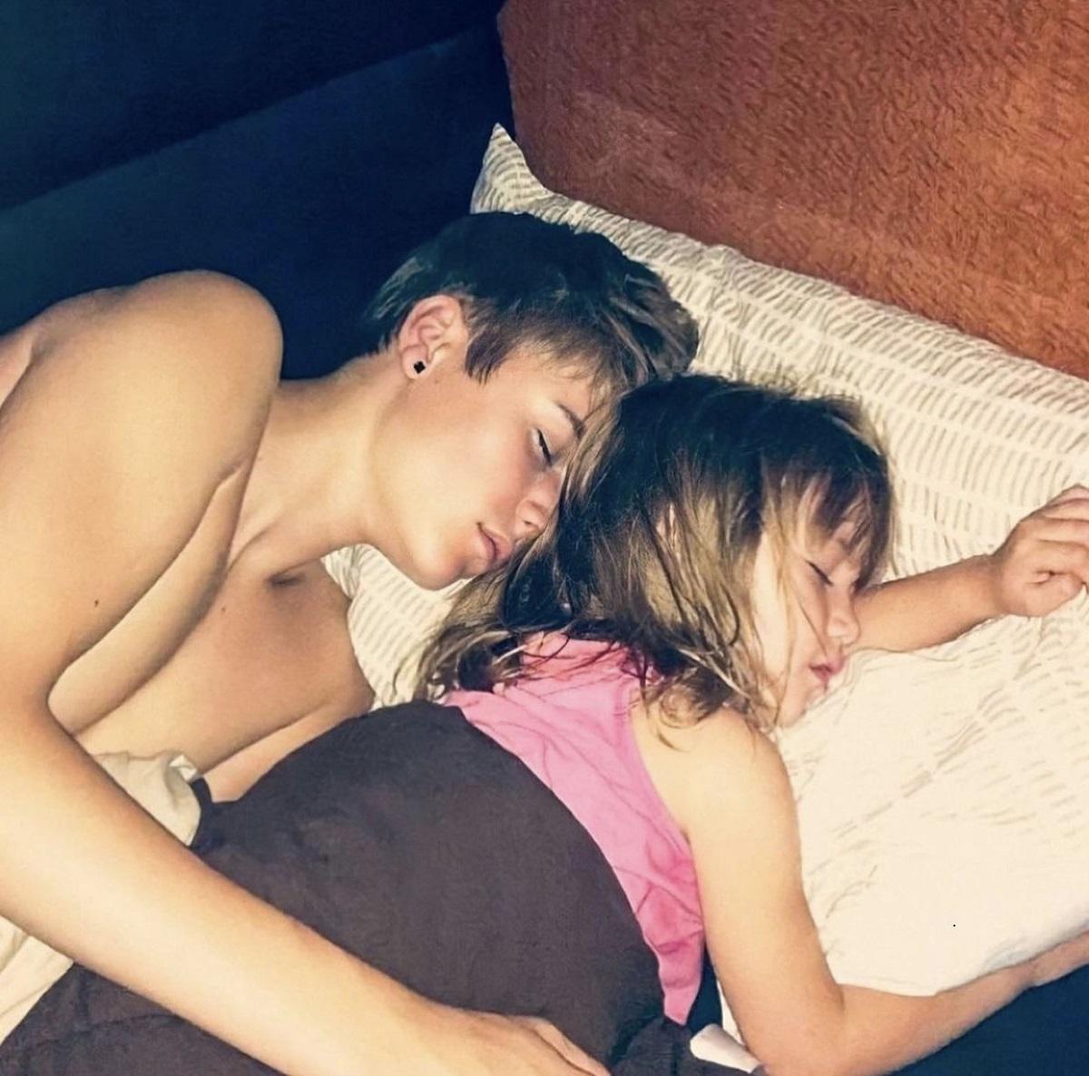 Justin Bieber în timp ce doarme în pat alături de sora lui mai mică, Jazmyn