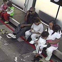 Kanye West în aeroportul din Mexic alături de cei patru copii ai săi în timp ce vorbește la telefon