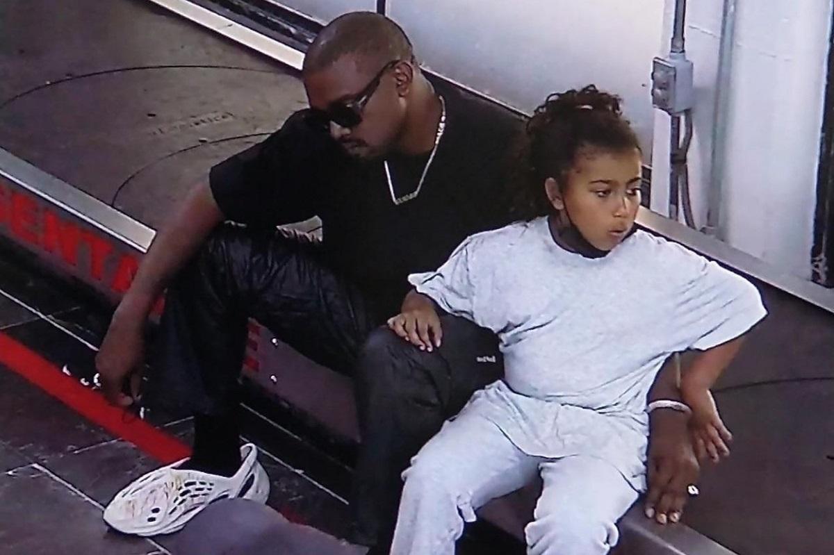 Kanye West este un tată devotată și este alături de fiica sa North West în aeroportul din Mexic în timp ce așteaptă avionul pentru Los Angeles