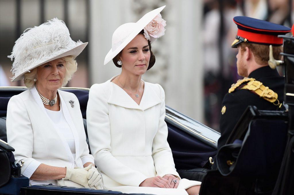 Kate Middleton într-un costum alb alături de Camilla, Ducesa de Cornwall, într-o trăsură la participarea ceremoniei Trooping The Colour 2016