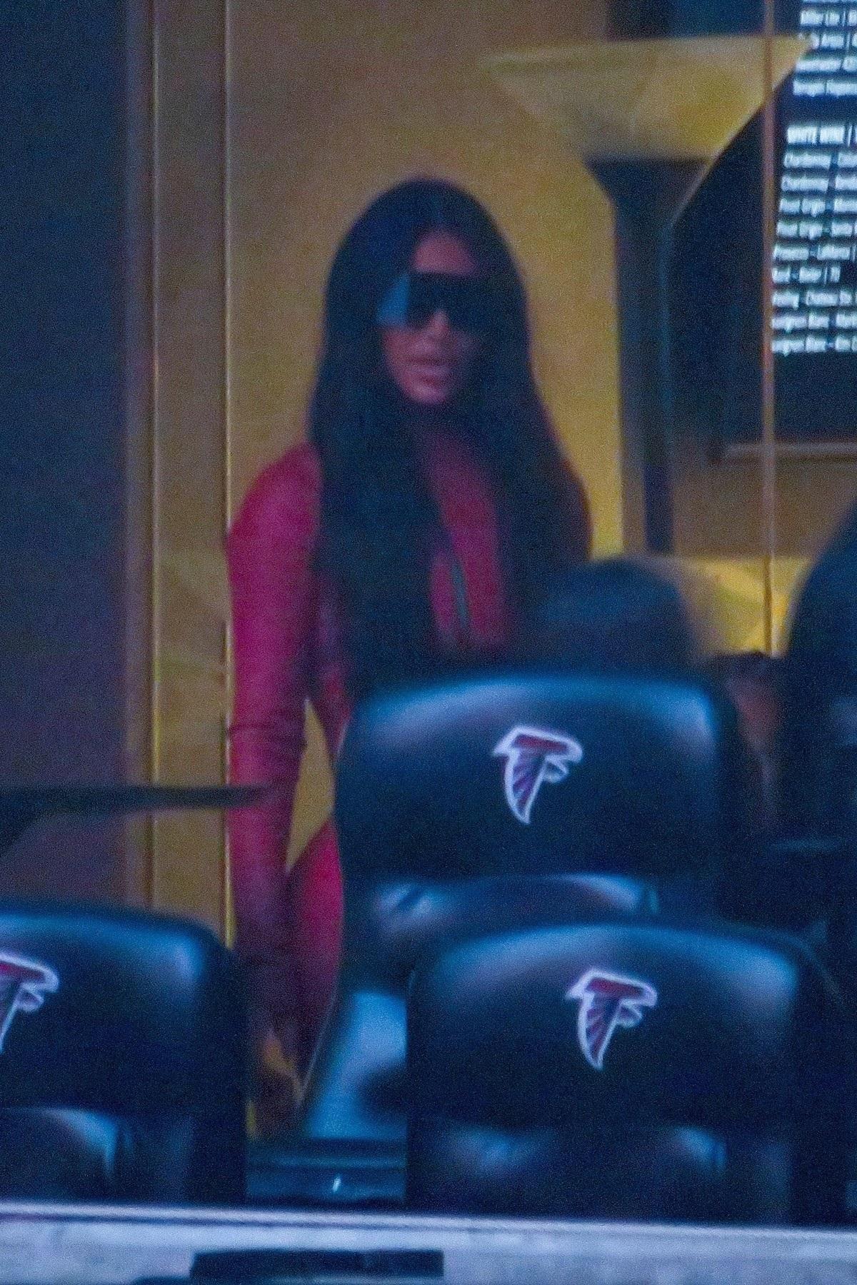 Kim Kardashian într-un costum roșu din latex în Atlanta