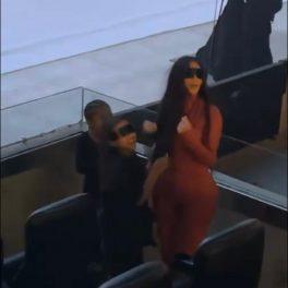 Kim Kardashian a participat la lansarea noului album al lui Kanye West și a purtat un costum roșu din latex