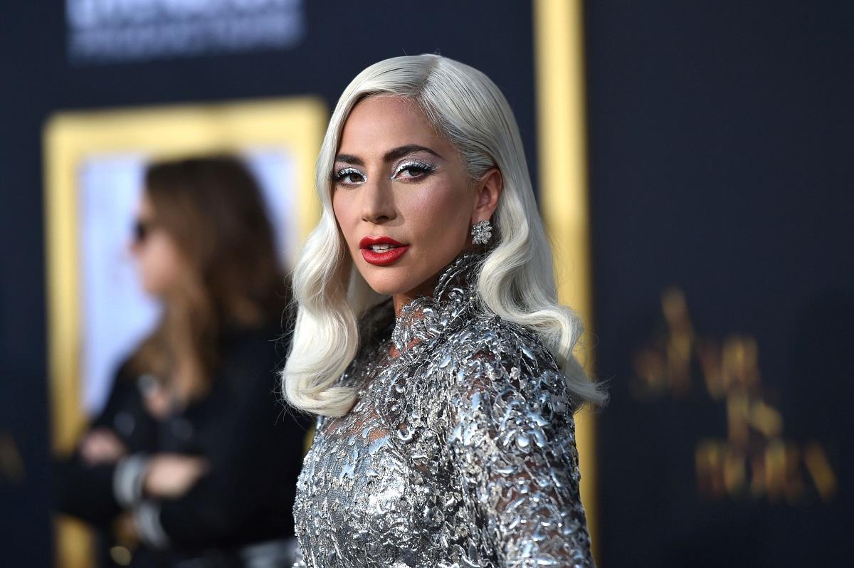 Lady Gaga într-o rochie cu paiete argintie în timp ce se află pe covorul roșu la premiera filmului A Star Is Born din 2018