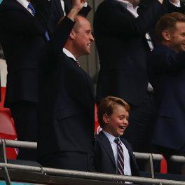 Prințul George alături de Prințul William în timp ce privesc împreună un meci de fotbal de la UEFA Euro 2020