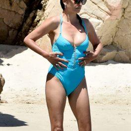 Penelope Cruz în timp ce poartă un costum de baie albastru și să cu mâinile în șold în apă