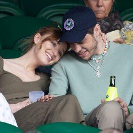 Phoebe Dynevor în timp ce își ține capul pe umărul iubitului său Pete Davidson