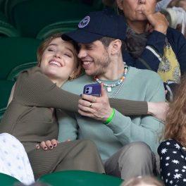Phoebe Dynevor în timp ce îl ține în brațe pe noul său iubit Pete Davidson la turneul Wimbledon
