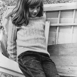Prințesa Diana în copilărie în anul 1970 în timpul unei vacanțe de vară în timp ce stă pe o lădiță
