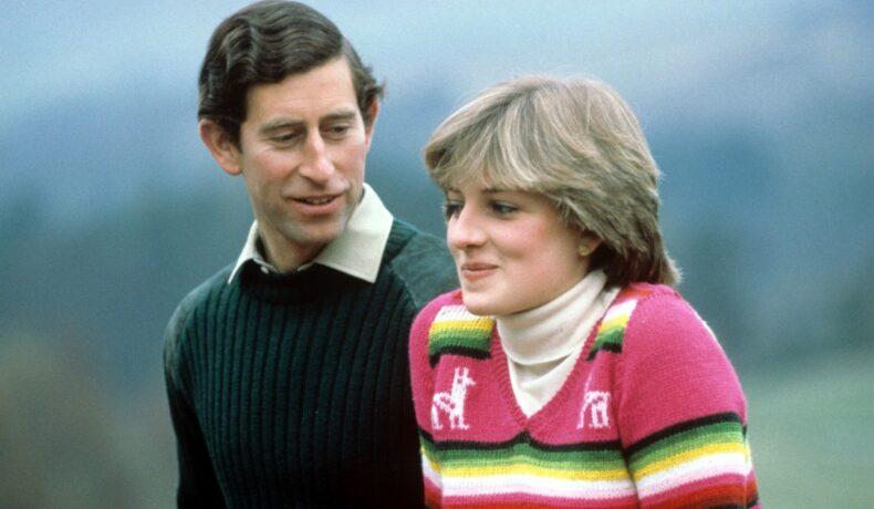 Prințul Charles într-o bluză de culoare smarald în timp ce o privește pe prințesa Diana care poartă o bluză roz cu dungi verzi și galbene, într-o imagine surprinsă după căsătoria lor