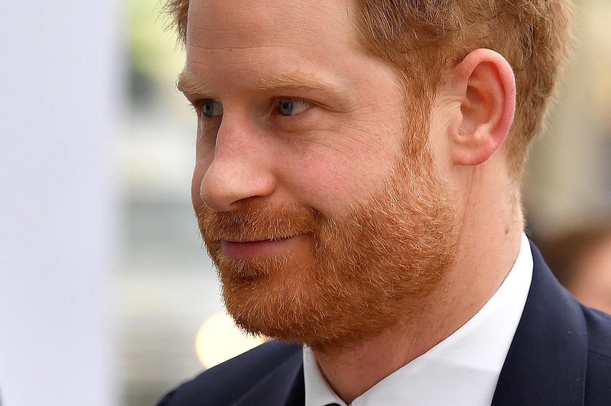 Portreat al Prințului Harry îmbrăcat la costum care a anunțat că scrie un volum de momorii