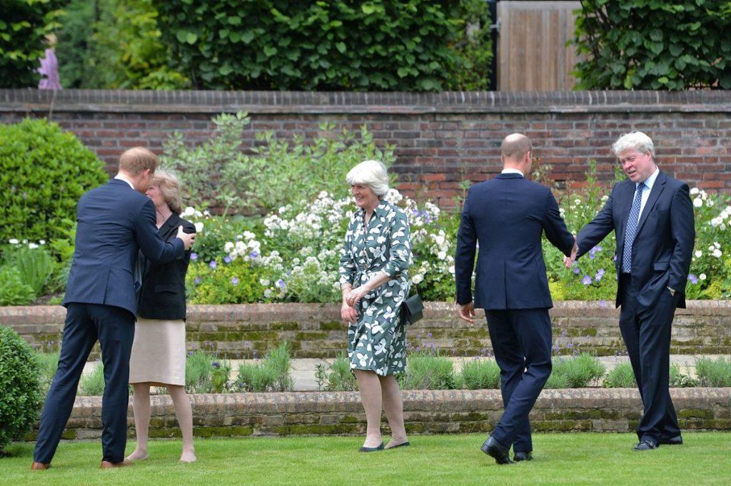 Prințul William și Prințul Harry în timp ce își strâng mâna cu unchiul, Charles Spencer și mătușile sale, Lady Sarah și Lady Jane
