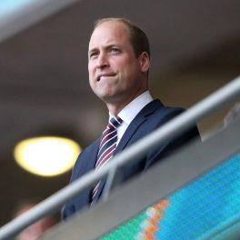 Prințul William la costum în tribuna VIP de la UEFA Euro 2020 în timp ce privește meciul și își mușă buza de jos
