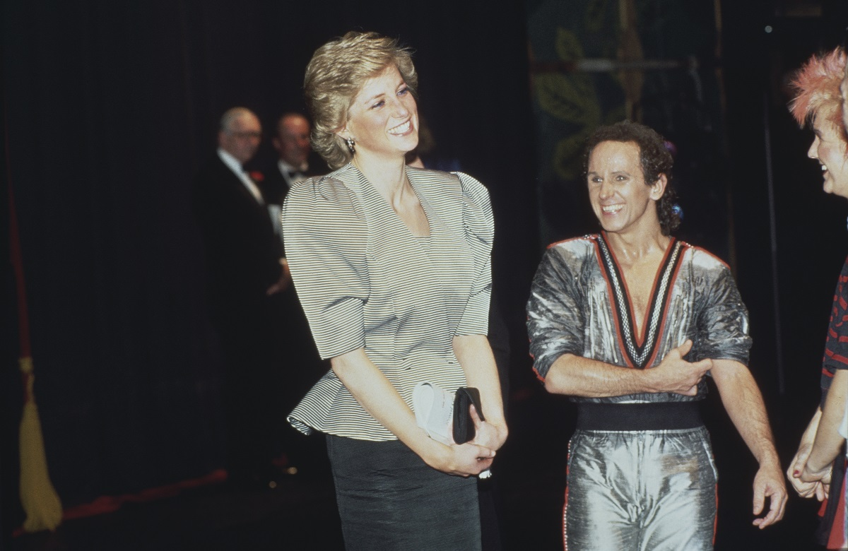 Prințesa Diana îmbrăcată elegant în timp ce se află alături de Wayne Sleep după ce acesta a avut un spectacol intitulat Song and Dance în Anglia în 1988