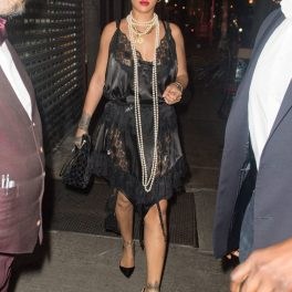 Cântăreața Rihanna purtând o rochie neagră din mătase și dantelă în timp ce se află pe străzile din New York