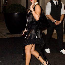 Rihanna purtând o rochue neagră și tocuri în timp ce se îndreaptă către un restaurant de lux din New York