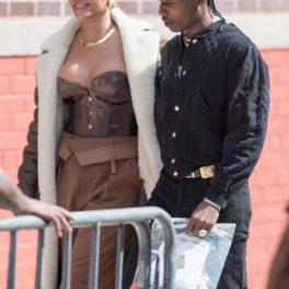 Rihanna într-o ținută complet crem în timp ce merge alături de iubitul său A$AP Rocky pe străzile din New York
