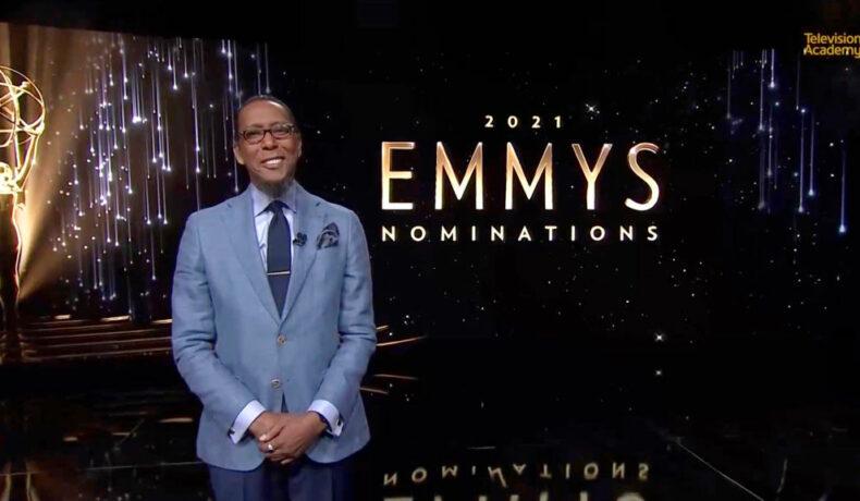 Ron Cephas Jones, fotografiat într-un costum gri, în timp ce anunță lista completă a nominalizărilor de la Premiile Emmy 2021