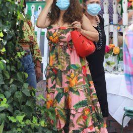 Salma Hayek a atras privirile tuturor cu o rochie roz cu imprimeu floral și purtând mască în timp ce își așeza părul