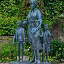 Fotografie a statuii Prințesei Diana langă care se află sculptați trei copii simbolizând implicarea sa și impactul pe care l-a avut de-a lungul generațiilor