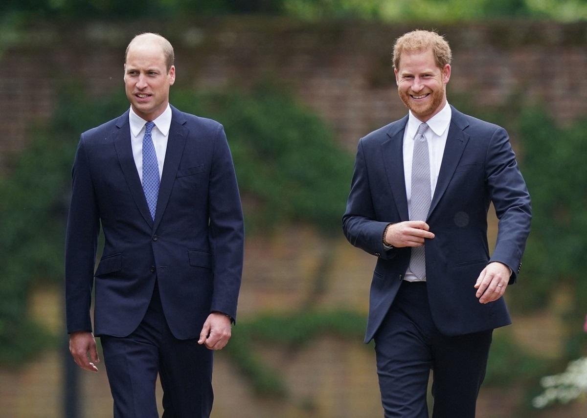 Prințul William alături de Prințul Harry în timp ce se îndreaptă pentru a dezveli statuia Prințesei Diana