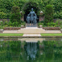 Imagine a statuii Prințesei Diana în fața unui lac în timp ce se află în grădinile din Palatul Kensington