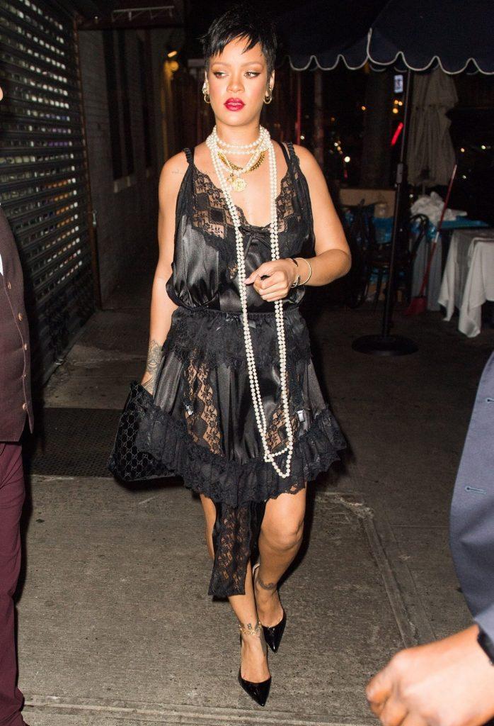 Ținuta Rihannei, o rochie din dantelă neagră, în timp ce se îndrepta către un restaurant italian din New York