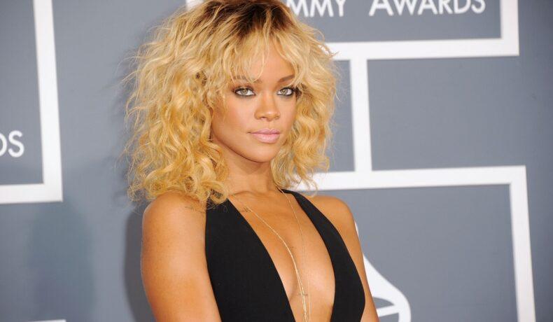 Portret al artistei Rihanna în timp ce zâmbește la camere la a 54-a gală a premiilor Grammy din 2012