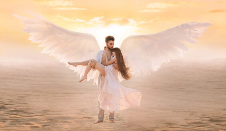 un cadru de basm într-un deșert cu un bărbat cu aripi care o ține în brațe pe iubita sa frumoasă ce poartă o rochie albă, în timp ce aceasta descoperă că el face parte din acele zodii care își pierd rapid interesul în dragoste
