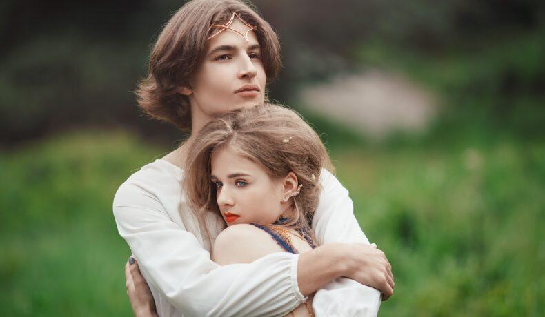Un tânăr blond care se află într-o pădre și își ține strâns în brațe iubita pe care nu vrea să o părăsească fiind una din acele zodii care nu își pierd rapid interesul în dragoste