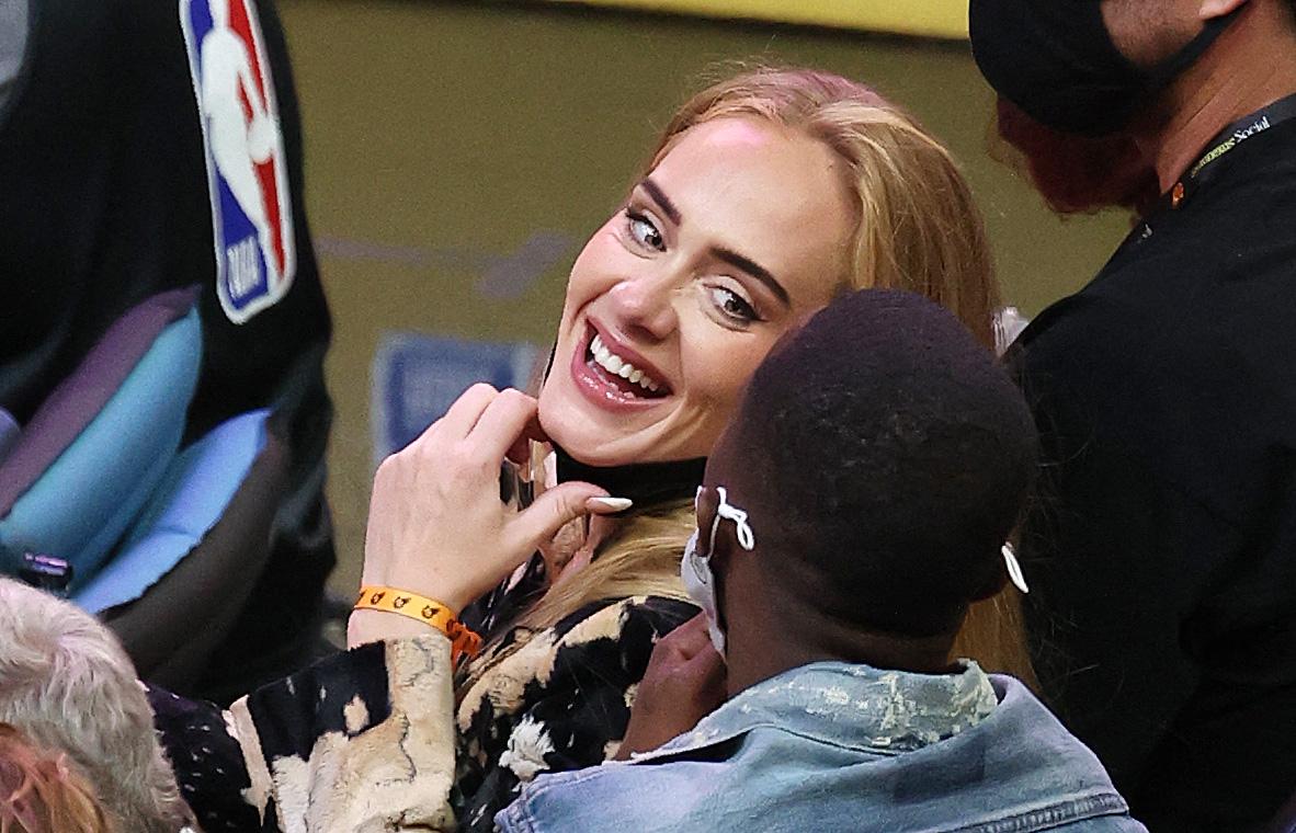 Adele și Rich Paul, la un meci NBA, în timp ce glumesc în tribune, în 2021