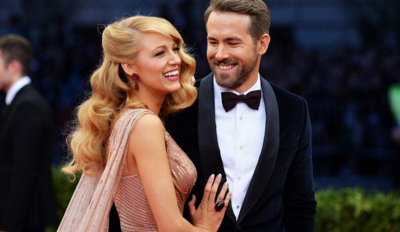"""Ryan Reynolds și Blake Lively pe covorul roșu la """"Charles James: Beyond Fashion"""", Met Gala. Reynolds e îmbrăcat într-un costum negru, cămașă albă și papion, pe când Lively are o rochie roz-aurie mulată"""