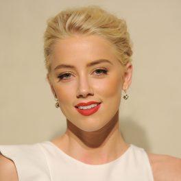 Amber Heard a participat la petrecerea Giorgio Armani/Vanity Fair în 2011 cu părul blond, rochie albă, ruj roșu