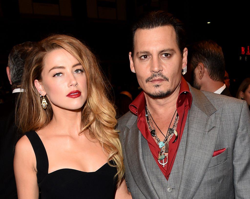 Amber Heard și Johnny Depp au apărut la Toronto International Film Festival, în 2015. Ea a purtat o rohie neagră cu decolteu, păr blond lung, el a purtat un costum gri, cu o cămașă roșie