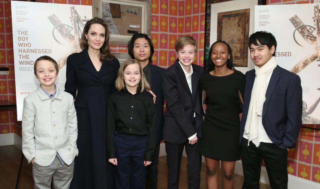 Angelia Jolie și cei 6 copii ai săi a premiera The Boy Who Harnessed The Wind, în 2019. Angelina și Maddox, Pax, Zahara, Shiloh, Vivienne și Knox s-au îmbrăcat în nuanțe de negru