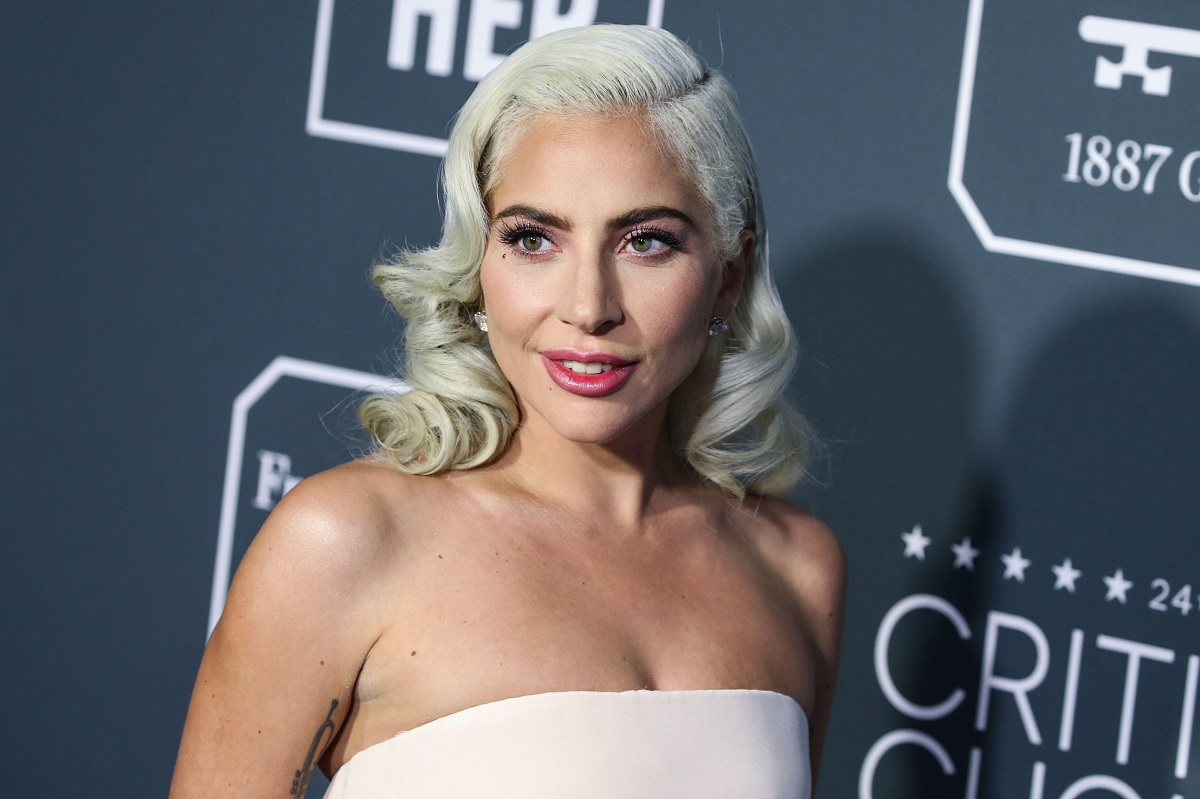 Lady Gaga la ediția 24 a Critics' Choice Awards, pe covorul roșu. Ea a purtat o rochie fără bretele de culoare roz pal și o coeafură care aduce aminte de Hollywood-ul clasic, cu un fundal albastru-gri