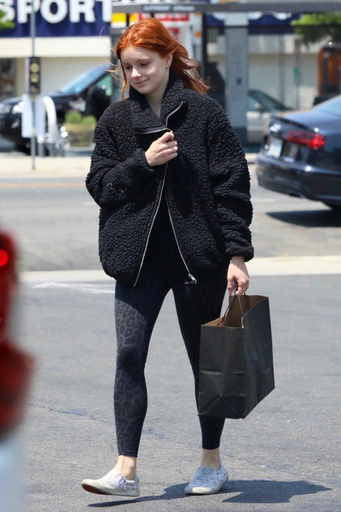 Ariel Winter, pe stradă în Los Angeles, nemachiată, îmbrăcată în negru