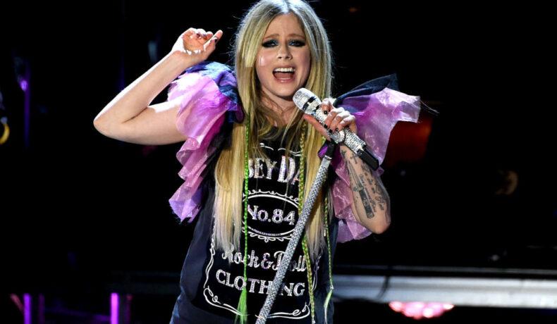 Avril Lavigne, îmbrăcată extravagant, pe scenă, în Los Angeles, în anul 2019