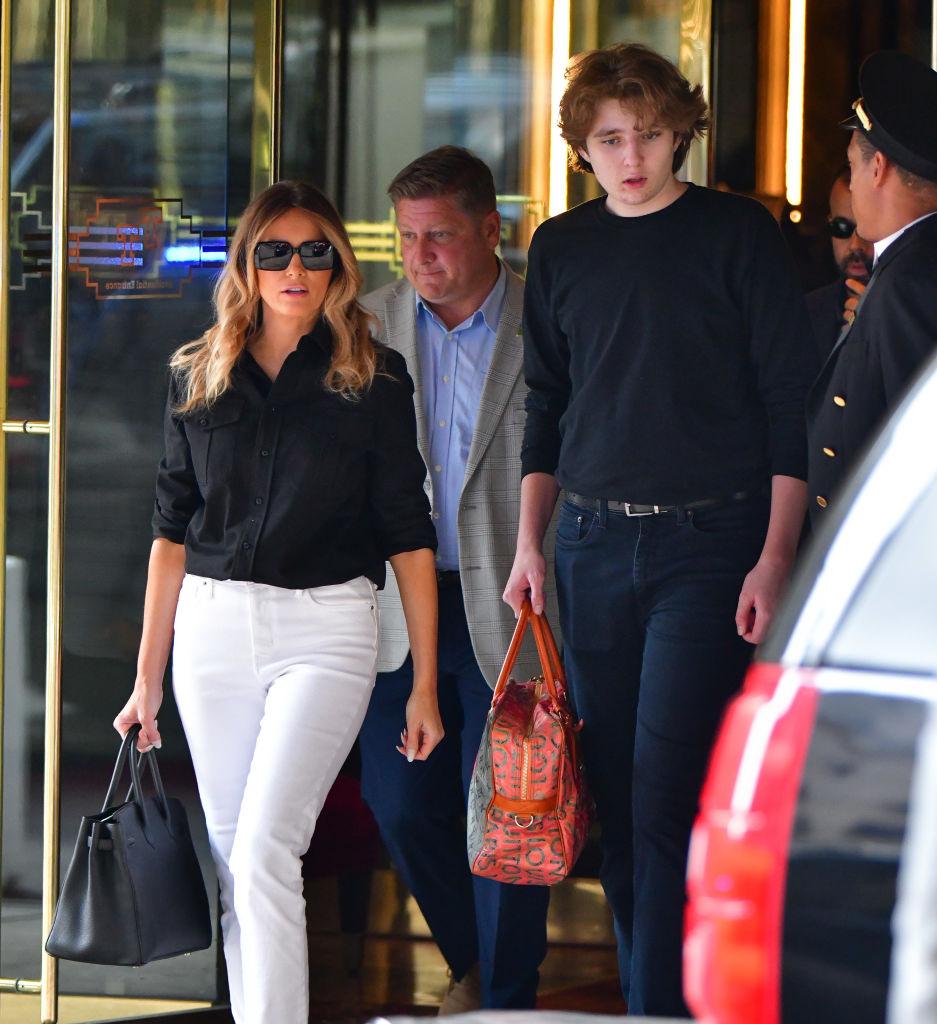 Barron Trump, alături de mama sa, Melania Trump, în New York, îmbrăcați casual, în timp ce ies din Trump Tower