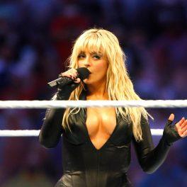 Bebe Rexha a purtat un costum mulat, negru, cu un decolteu adânc la Wrestlemania 37, parul blond