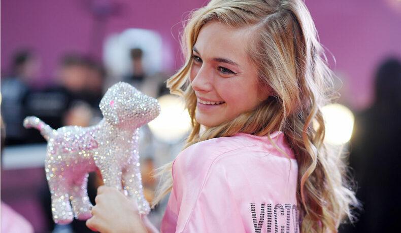 Bridget Malcom, la pregătirile pentru show-ul Victoria's Secret Fashion Show, la Paris, în 2016