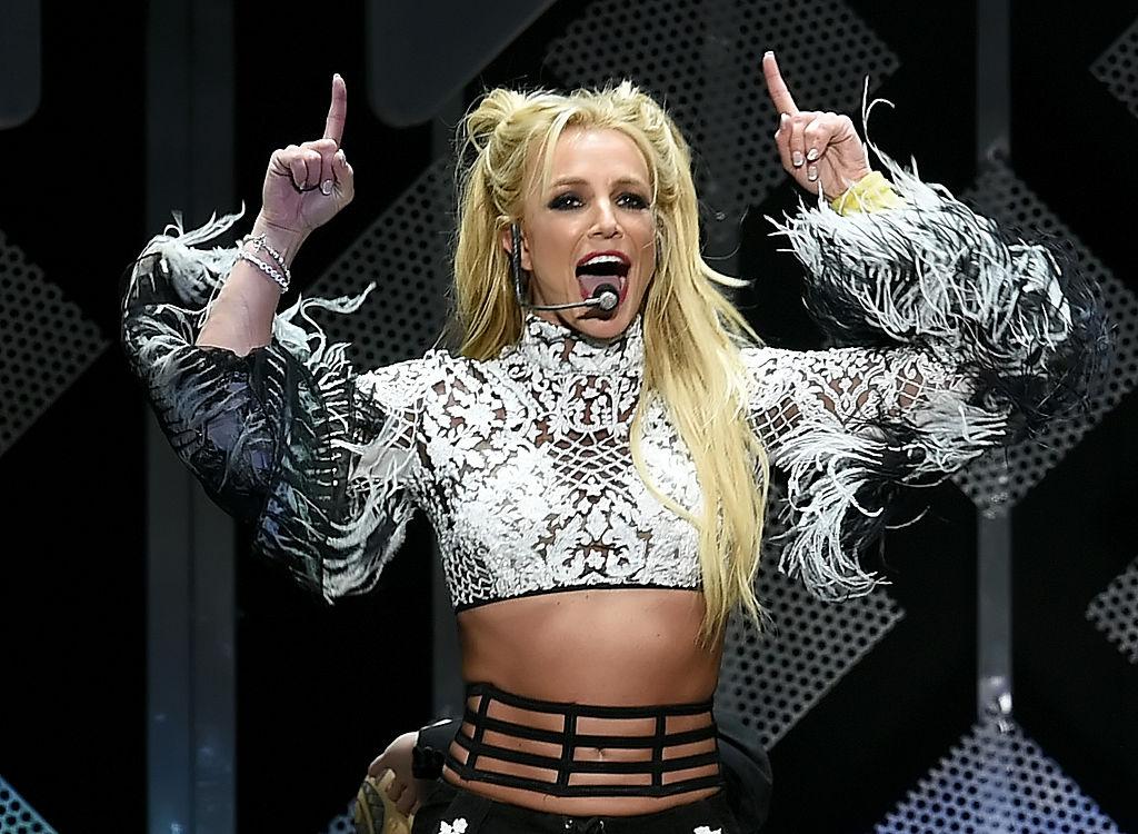 Britney Spears, pe scenă, la show-ul 102.7 KIIS FM's Jingle Ball, din anul 2016, îmbrăcată într-un top scurt, cu două codițe