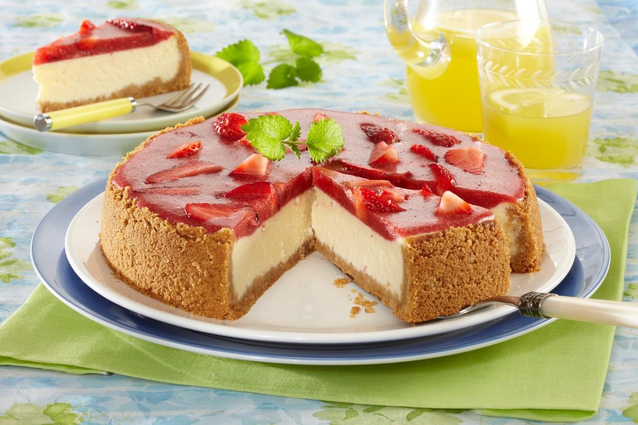 Secțiune din cheesecake cu jeleu de căpșuni