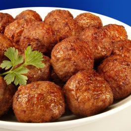 Chiftele din carne cu legume într-un platou alb