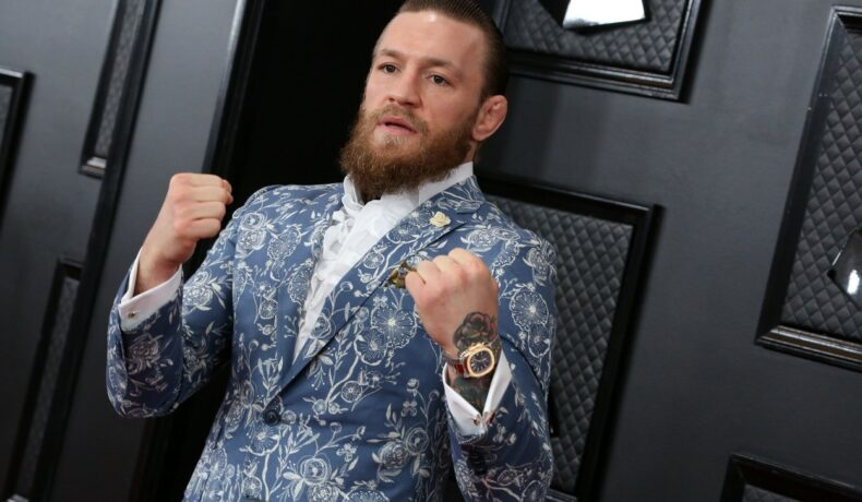 Conor McGregor, într-un sacou cu imprimeu, la ceremonia Premiilor Grammy, 2020