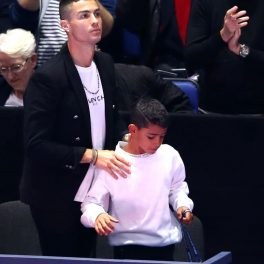 Cristiano Ronaldo și fiul său, Cristiano Jr., la meciul de tenis dintre Djokovic și Isner, în 2018