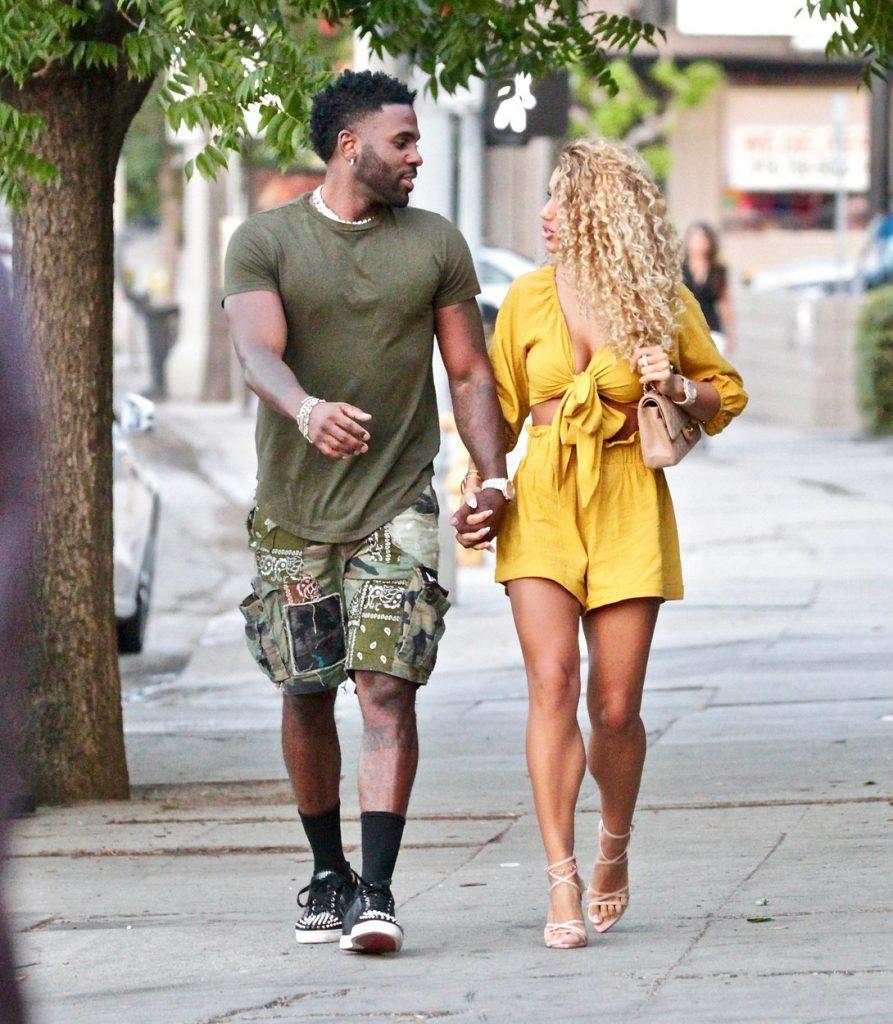 Jason Derulo, fotografiat în timp ce își privește iubita și o ține de mână la plimbare pe stradă